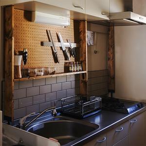 賃貸のキッチンをDIY!壁を傷つけないタイルの張り方をご紹介します。