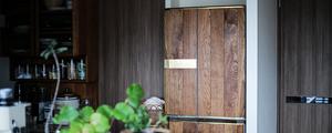 味気ない冷蔵庫を、木製家具のようにアレンジDIY!